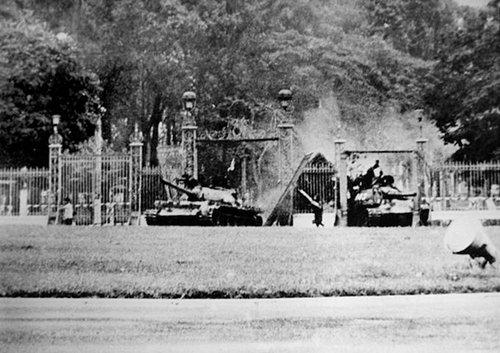 Trưa 30-4-1975, dinh Độc Lập, xe tăng 390 húc đổ cổng chính. Ảnh: Françoise Demulder